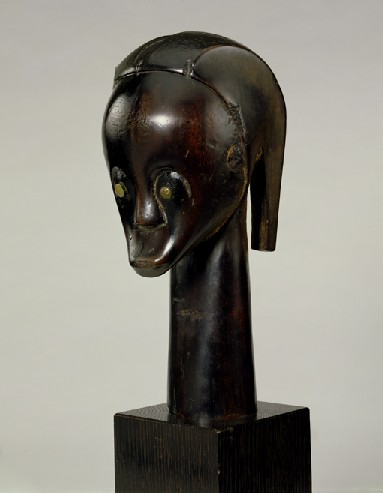 Reliquary head. Central and East Africa, Gabon: Fang. Late 19th/early 20th century. h 26.0 cm; 34.3 cm with stump. UEA 240